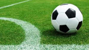 Balón-de-fútbol-sobre-el-césped